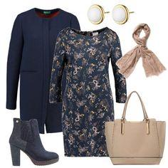 Ho scelto un abito in cotone con maniche lunghe blu con fantasia abbinato ad un cappotto lungo blu. Per le scarpe ho pensato ad un paio di stivaletti scamosciati blu con tacco largo, una shopping bag in ecopelle color sabbia, un foulard beige ed infine un paio di orecchini d'oro d'oro con la pera bianca.