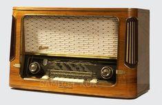 the sound of the set warming up. O velho rádio para ouvir o relato de futebol e os romances.