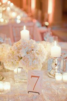 Tischdekoration mit viele Kerzen für  ein wunderbar warmes Licht