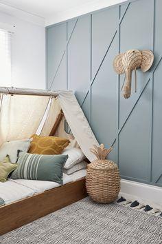 Une chambre d'enfant qui a tout de la cabane de rêve avec son lit en forme de tente et sa décoration en rotin
