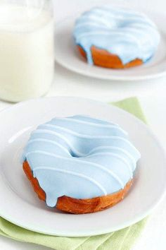 donuts, the perfect afternoon snack Think Food, Love Food, Delicious Donuts, Yummy Food, Yummy Yummy, Blue Donuts, Pink Desserts, Desserts Keto, Dessert Healthy