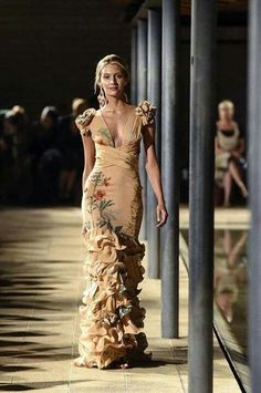 A model walks the runway during Johanna Ortiz show as part of Colombiamoda 2016 at Biblioteca Publica Belen Medellín on July 27 2016 in Medellin. Runway Fashion, Fashion Show, Fashion Design, Fashion Fashion, Fashion Tips, Beautiful Gowns, Beautiful Outfits, Evening Dresses, Formal Dresses