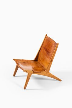 Rare hunting easy chair in oak and cognac leather designed by Uno & Östen Kristiansson. Produced by Luxus in Vittsjö, Sweden. Scandinavian Chairs, Minimalist Scandinavian, Vintage Market, Leather Design, Chair Design, Floor Chair, Vintage Designs, Teak, Hunting