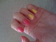"""Pretty Little Liars"" Hanna Marin's pink and yellow nails"