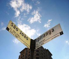 """""""Alguma coisa acontece no meu coração, que só quando cruza a Ipiranga e a avenida São João..."""""""