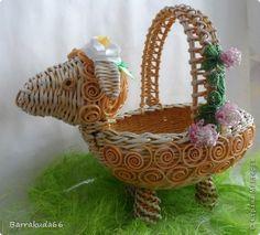 [CESTERÍA MANUALIDADES✄]DIY...Cesta cordero Straw Weaving, Newspaper Crafts, Rolled Paper, Art N Craft, Paper Straws, Egg Chair, Diy, Wicker, Decorative Bowls
