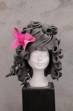 Wij hebben diverse modellen in de collectie. Meer dan 20 kleuren foam. Of je nu kiest voor een standaard puntenhoed, een van de steampunckmodellen of een pruik…. Het is erg leuk om te doen! Onderstaande een greep uit de vele mogelijkheden. De meeste van de voorbeelden zijn het resultaat van de cursist na 1 workshop! De hoeden … Diy Carnival, Halloween Carnival, Foam Crafts, Crafts To Make, Headdress, Headpiece, Foam Wigs, Diy Wig, Paper Mache Animals