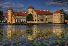 Schöne historische Gebäude wie das Schloss Rheinsberg mit dem Hausboot vom Wasser aus entdecken