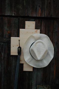 Věšák+Hubert+001+Věšák+ze+smrkového+dřeva+ve+venkovském+stylu.+Ošetřen+olejem+a+bezbarvým+lakem.+Věšák+je+osazen+dvěma+věšáky.+Vhodný+například+na+chodbu+pro+návštěvy+či+na+odkládání+drobnějších+oděvních+doplňků.+Dekorace+nejsou+součástí+výrobku+Rozměry+věšák+cca+výška+54+cm+x+šířka+40+cm+x+hloubka+10+cm.+Barva+přírodní.+Každý+kus+je+ručně...
