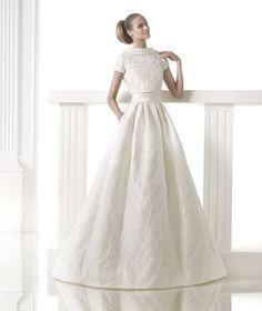 女性らしいボディの曲線美、花嫁らしいゴージャスさ、美しいマーメイドラインのドレスに定評がある「プロノビアス」。スペインの老舗ブランドで世界中の花嫁の憧れブランドのひとつ。正統派からモードまで多彩なラインナップが魅力です。