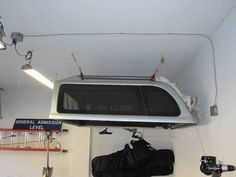 Pulley system to quickly raise/lower truck canopy Truck Bed Camping, Camping Set Up, Diy Camping, Camping Stove, Truck Canopy, Truck Tent, Garage Lift, Diy Garage, Garage Ideas