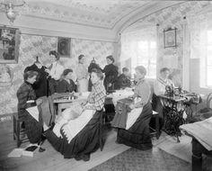 scan of photograph: Švadlenky (in Czech),švadlena, řemeslo, year: 1907, id: