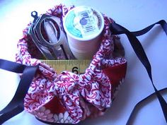 In a previous post I showed what you could make from 2 squares of fabric. Just in case you want to know how, here's the tutorial so you c. Drawstring Bag Pattern, Drawstring Bag Tutorials, Small Drawstring Bag, Lazy Girl Designs, Fabric Boxes, Easy Sewing Projects, Yarn Projects, Sewing Ideas, Fabric Gifts