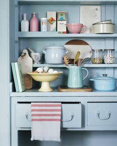 Just add icing sugar. On a well-floured surface, prepare blue base kitchen basics. Combine with pale yellow, green and a sprinkle of pink. A perfect mix for cake.