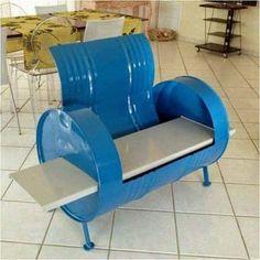 barril_de_metal_convertido_en_sillon_azul