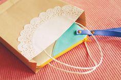 Aprenda a transformar um envelope de papel em sacolinha para presentes.