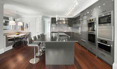Moderne Einbauküche in Grau und Weiß mit großer Kücheninsel