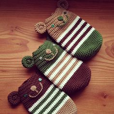 編み編み第2弾!今回の作品も「Hiro-DesignWorks」さんの編み図を参考に作りました。クマのボトルカバーです上の娘のリクエストで作りましたが、下... Crochet Wallet, Crochet Coin Purse, Crochet Pouch, Crochet Purses, Crochet Gifts, Cute Crochet, Crochet Toys, Pocket Pal, Kids Bags