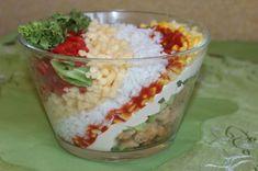 Ta sałatka gyros z kurczakiem ułożona została w pochylonej salaterce i dzięki temu z każdej strony prezentuje się inaczej. Wygląda ... Guacamole, Oatmeal, Breakfast, Ethnic Recipes, Impreza, Food, Essen, Salads, The Oatmeal