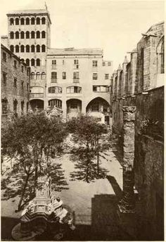 Plaça del Rei arbolada, con una de las columnas del templo de Augusto (luego trasladada al Carrer Paradís 10) y con una fuente neogótica. 1928