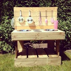 My Mud Kitchen - handmade outdoor wooden play kitchen Pallet Mud Kitchen Ideas, Diy Mud Kitchen, Mud Kitchen For Kids, Wooden Play Kitchen, Wood Pallet Crafts, Wooden Pallets, Custom Woodworking, Woodworking Projects Plans, Royal Furniture