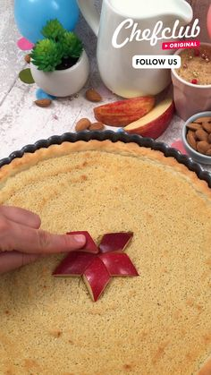 Enjoy this tart with sweet almond pie filling decorated with apples and caramel! An elegant yet simple dessert 😋 For more ideas, visit Chefclub.tv! Köstliche Desserts, Delicious Desserts, Yummy Food, Apple Recipes, Sweet Recipes, Mexican Food Recipes, Snack Recipes, Comida Diy, Buzzfeed Tasty