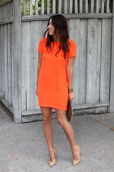 Tenue: Robe droite orange, Escarpins en cuir bruns clairs, Pochette en cuir brune, Bracelet doré