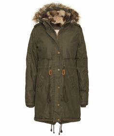 Stylischer Damen Parka von Review mit Fake Fur im Military Style #fall #trends #engelhorn #fashion