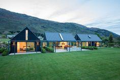 This pavilion-style holiday home has panoramic mountain views. Modern Farmhouse Exterior, Coastal Farmhouse, Farmhouse Plans, Cottage Style Homes, Cottage Design, House Design, Flat Roof House, Modern Barn House, Contemporary Barn