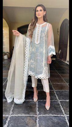 Beautiful Pakistani Dresses, Pakistani Formal Dresses, Pakistani Fashion Party Wear, Pakistani Dress Design, Pakistani Outfits, Dress Indian Style, Indian Fashion Dresses, Indian Designer Outfits, Beautiful Dress Designs