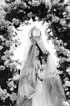 (Virgen con impermeable - Cristina Garcia Rodero)