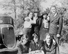 Front row L-R. Marie Barrow , Emma Parker and Bonnie, back row L-R.Billie Jean Parker, Clyde and LC Barrow ! Bonnie And Clyde Death, Bonnie And Clyde Photos, Bonnie Clyde, Bonnie Parker, Famous Photos, Rare Photos, Vintage Photos, Baby Face Nelson, Pretty Boy Floyd