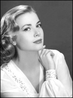 Grace Kelly - Grace Patricia Kelly was an American actress who, after marrying Prince Rainier III, became the Princess of Monaco. After embarking on an acting career in at the age of Kelly appeared in New York City theatrical productions Moda Grace Kelly, Grace Kelly Style, Hollywood Glamour, Hollywood Stars, Hollywood Photo, Hollywood Actresses, Classic Hollywood, Grace Kelly Quotes, Monaco