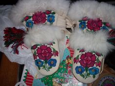Indian Boots, Beading Patterns, Beading Ideas, Native Wears, Indian Beadwork, Beaded Moccasins, Native Design, Indian Crafts, Nativity Crafts