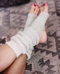 Neulo joogasukat ja ranteenlämmittimet - Kotiliesi.fi Comfy Socks, Boot Socks, Crochet Leg Warmers, Knit Crochet, Hunter Boots Outfit, Timberland Style, Timberland Fashion, Fashionable Snow Boots, Wrist Warmers