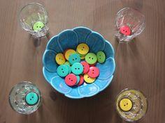 Montessori vie pratique - Tri de boutons aux couleurs printanières