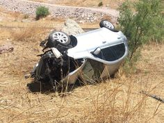 <p>Chihuahua, Chih.- Un choque contra el muro de contención terminó en una voladura de un vehículo Nissan March de color plata sobre el