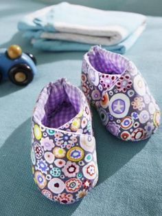 Sweet baby shoes-Süße Babyschuhe These baby shoes made from scraps of fabric are so sweet that you would prefer to imitate them immediately. Make your baby happy. We show you how you can easily make the little shoes yourself. Love Sewing, Sewing For Kids, Baby Sewing, Diy Baby Gifts, Baby Crafts, Sewing Patterns Free, Baby Patterns, Baby Barn, Baby Boots