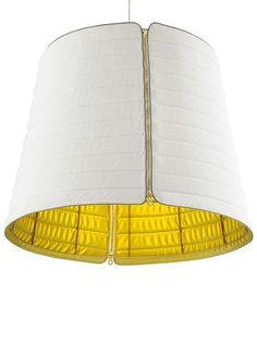 Lámpara de techo Pharaoh, de Ligne . Con estructura de acero está recubierta de tela, con acabado dorado en el interior.