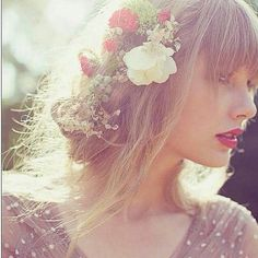 Taylor Swift + that hair.♥