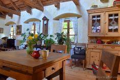Tornácos ház, kerekes kút, vidéki idill – Házból Otthont Simply Home, Cottage Homes, Vintage Kitchen, Sweet Home, Dining Room, Farmhouse, Rustic, Interior Design, Country