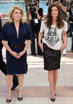 En 2011 à Cannes pour présenter le film Les Bien-AimésActresses Catherine Deneuve (L) and Chiara Mastroianni attend the