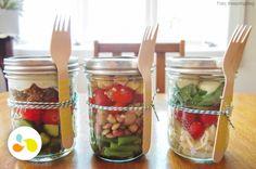Adora salada, mas nunca as leva na marmita? A nossa dica é montá-las em potes de vidro por camada, deixando o tempero na base do pote e os ingredientes mais delicados na parte de cima http://maisequilibrio.com.br/receitas-de-saladas-2-22-e.html