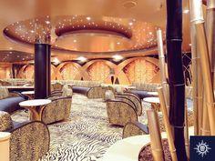 Verzamel na zonsondergang voor een cocktail bij de Tiger Bar en wordt overspoeld door de goude accenten! #MSCMagnifica