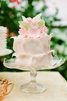 Delicado pastel con hojas y flores. Tartas originales.