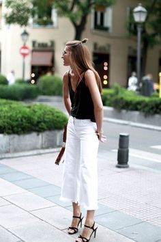 Embrace your style with women's cropped jeans in a variety of flattering fits. Explore classic washes and high waisted cropped jeans at 7 For All Mankind. Outfit Jeans, Heels Outfits, Mode Outfits, Fashion Outfits, Jean Outfits, Cropped Jeans Outfit, Fashion Tips, Fashion Trends, Fall Outfits 2018