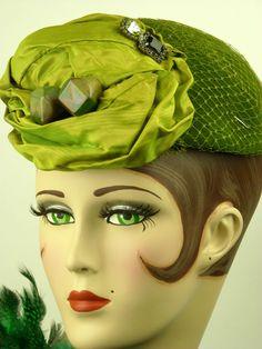Elsa Schiaparelli (Rome, 10 september 1890 - Parijs, 13 november 1973) was een van de belangrijkste modeontwerpsters van de jaren '20 en '30 na Coco Chanel - Schiaparelli hat, green, felt, satin with bakelite trim....