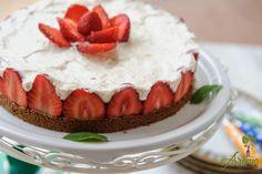 Cheesecake cu miere si capsuni - este un tort foarte simplu de facut, cu crema de mascarpone, fara coacere. Cheesecake, Desserts, Food, Mascarpone, Tailgate Desserts, Deserts, Cheesecakes, Essen, Postres