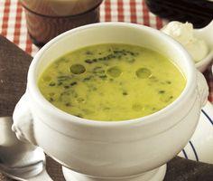 På bara en kvart kan du svänga ihop en härlig spenatsoppa som blir extra krämig med hjälp av ost. Den karaktäristiska smaken på din soppa får du av muskot och kajennpeppar som tillsätts i soppan. Snabblagad och mycket god!