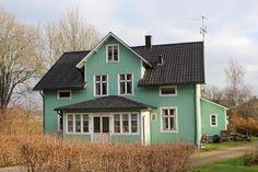 Rymlig villa med gott om plats för den stora familjen! Centralt läge i Dals Rostock med närhet till natur, kommunikationer och affär. Generös takhöjd och va